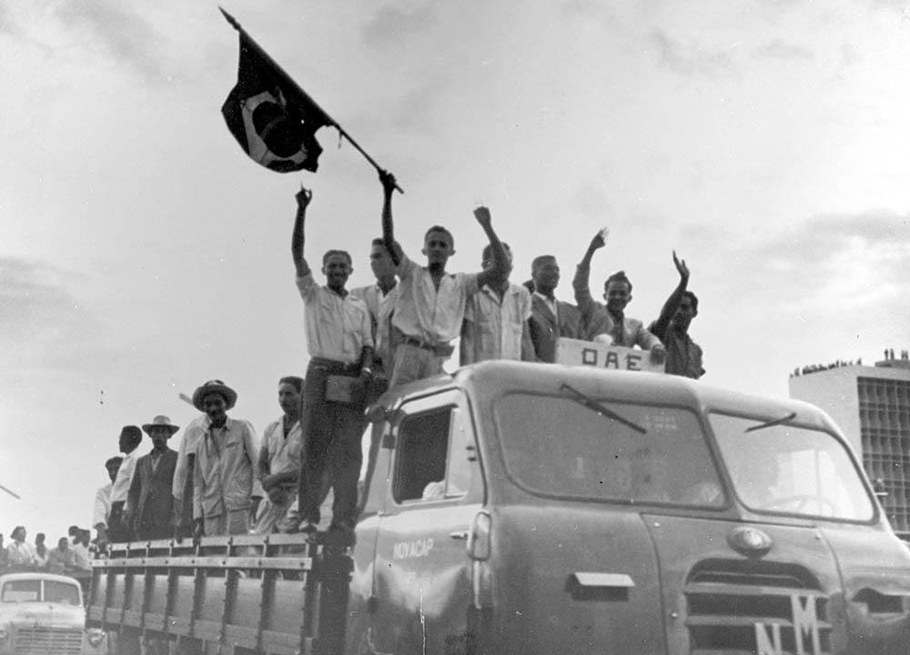 Comitiva chegando para a inauguração de Brasília. 21/04/1960. Autor: Mario Fontenelle. Arquivo Público do Distrito Federal.