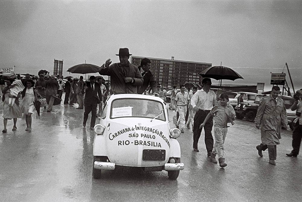 A chegada da Caravana de Integração Nacional na Esplanada dos Ministérios. Arquivo Público do Distrito Federal.