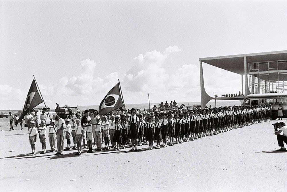 Estudantes na Inauguração de Brasília. 22/04/1960. Arquivo Público do Distrito Federal.