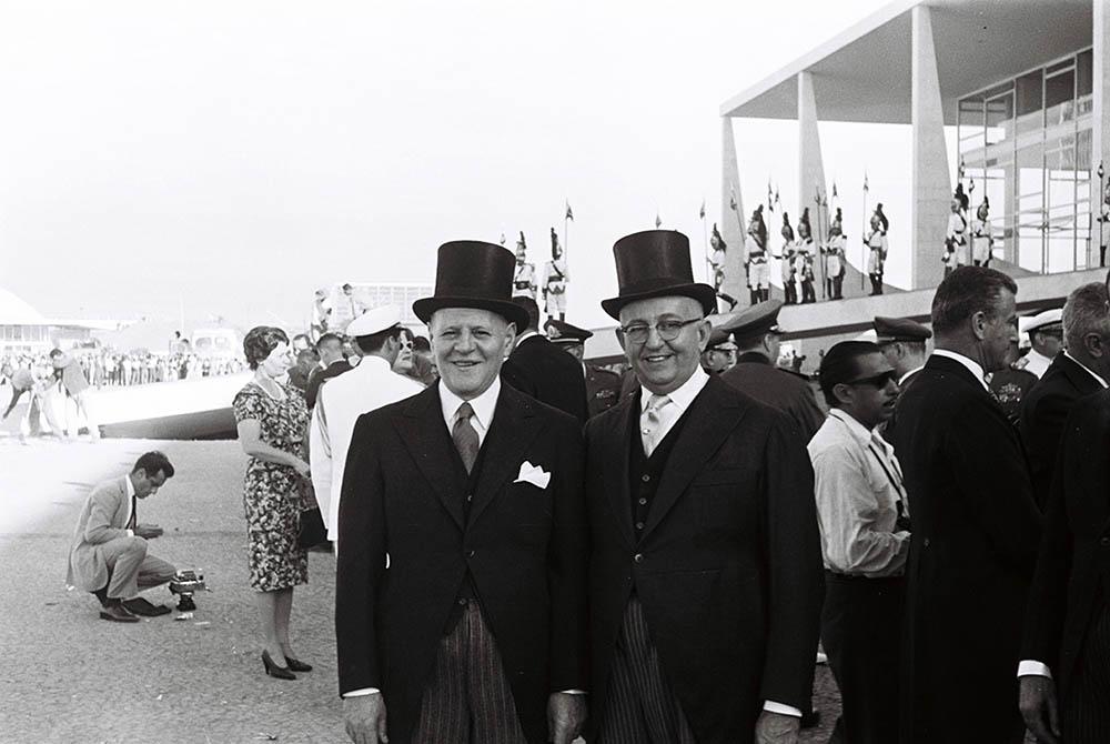 Convidados vestidos com roupas de gala. 21/04/1960. Arquivo Público do Distrito Federal.