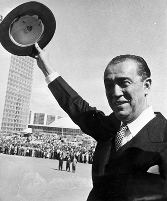 Presidente JK saúda o povo na inauguração de Brasília. 21/04/60. Autor: Gervasio Batista. Arquivo Público do Distrito Federal.