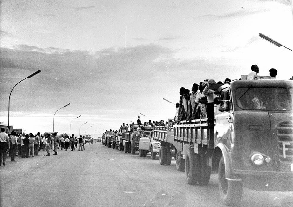 Desfile de Operários na Inauguração de Brasília. 21/04/1960. Arquivo Público do Distrito Federal.