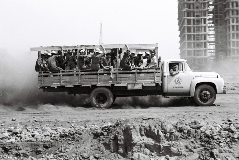 Operários próximo ao Congresso Nacional. 03/09/1959. Autor: Mario Fontenelle. Arquivo Público do Distrito Federal