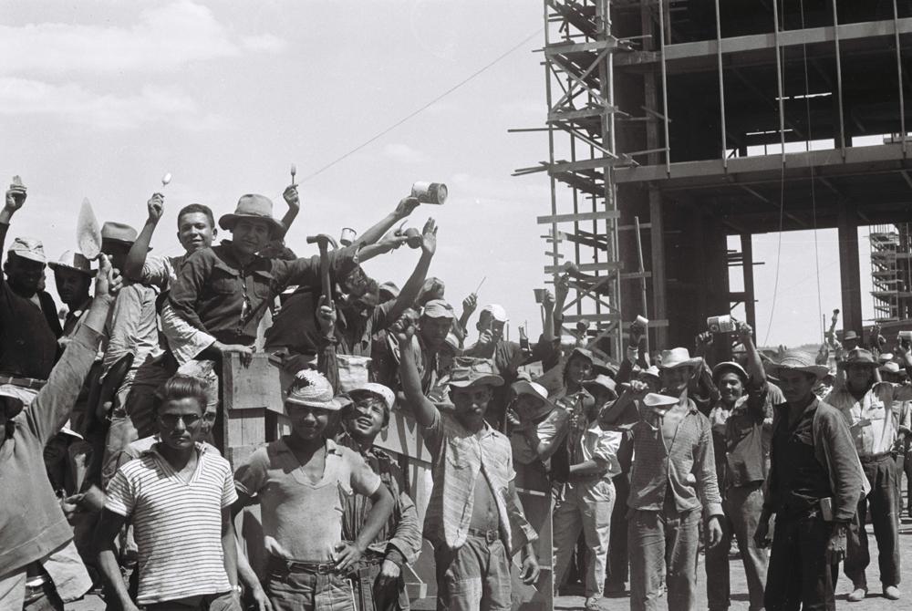 Operários de obras na Esplanada dos Ministérios. Arquivo Público do Distrito Federal. Arquivo Público do Distrito Federal.