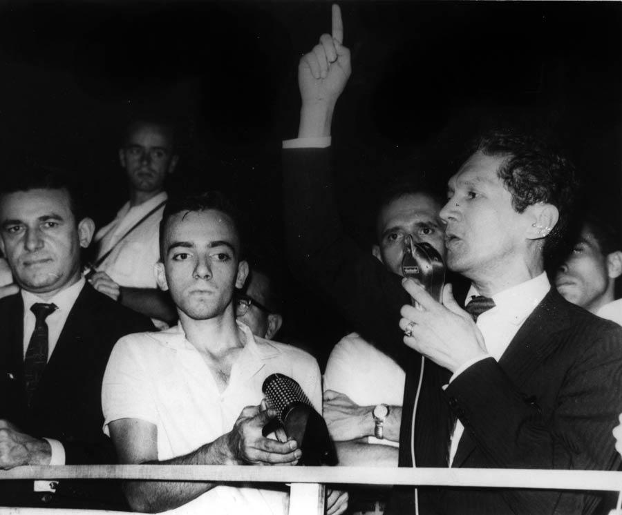 Dedo em riste, Francisco Julião discursa em comício das Ligas Camponesas, 1961