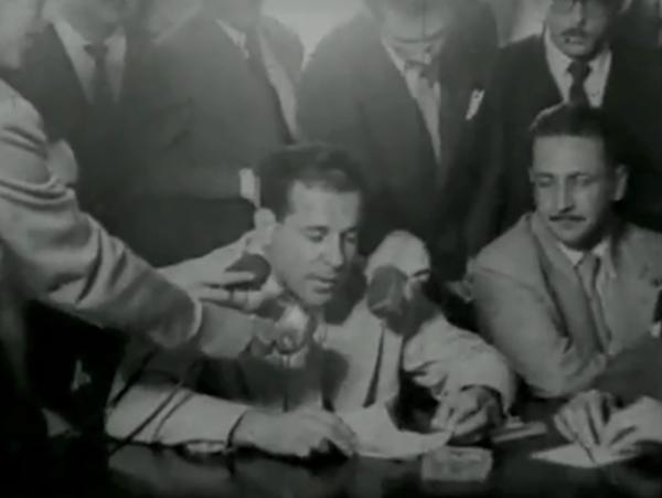 """Jango no Ministério do Trabalho e reação dos militares em 1954 contra o aumento do salário mínimo, que resulta na demissão de Jango. Trecho do filme """"Jango"""" (1984), de Silvio Tendler"""