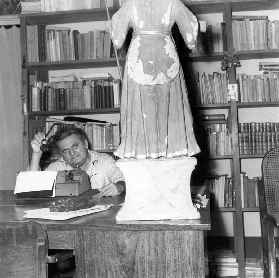 Luís da Câmara Cascudo em seu escritório, na cidade de Natal, Rio Grande do Norte, em 1958.