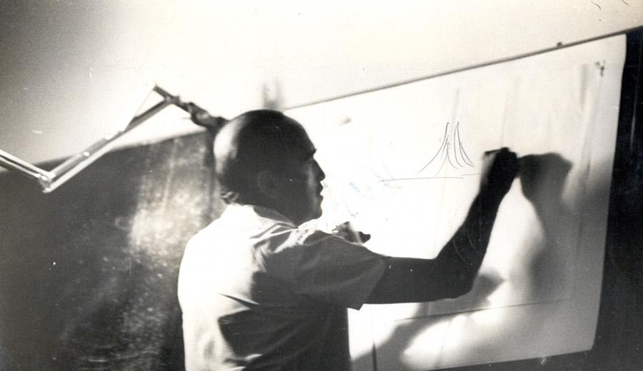 O arquiteto Oscar Niemeyer desenha  a catedral de Brasília. Crédito: Fundo Última Hora/Apesp