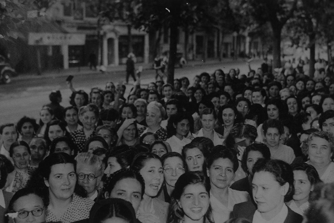 Mulheres argentinas exibindo o título de eleitor na primeira eleição que puderam votar