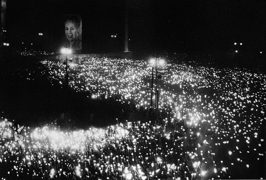 Evita Perón recebe a homenagem de milhares de argentinos, quando se completou um ano de sua morte