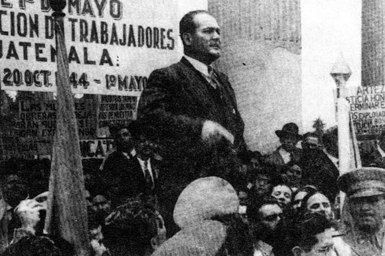 Presidente Juan José Arévalo em comício, atrás dele, uma faixa da Confederação Geral dos Trabalhadores da Guatemala. (Foto: Reprodução)