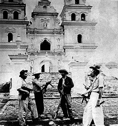 Guardas guatemaltecos, durante o golpe que destituiu Jacobo Arbénz. (Foto: Reprodução)
