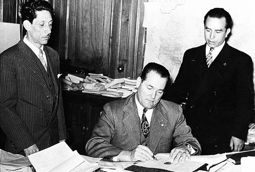O presidente Juan José Arévalo assina o Código Trabalhista, que contrariou os interesses da americana United Fruit. (Foto: Cirma/Reprodução)