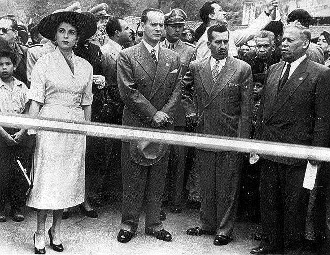 Com o chapéu na mão, o presidente Jacobo Árbenz, que seria deposto pelo golpe de 1954. (Foto: Reprodução)