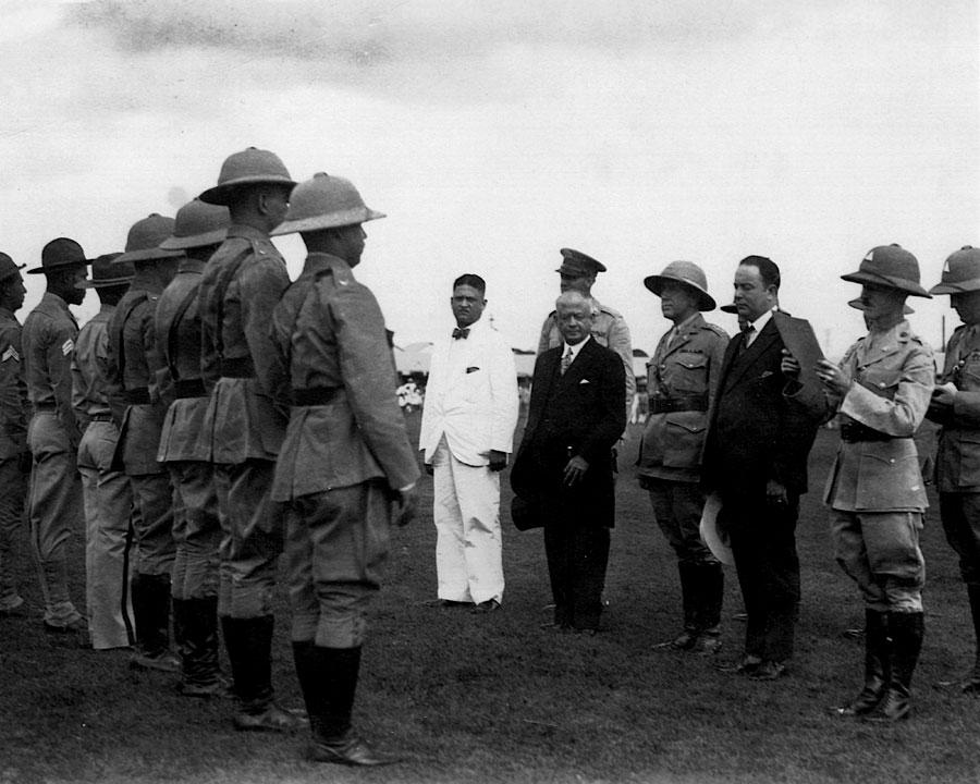 O presidente da Nicarágua, José María Moncada Tapia, e o general Anastasio Somoza Garcia (de terno preto) passam em revista as tropas de fuzileiros norte-americanos. (Foto: Wikimedia Commons)