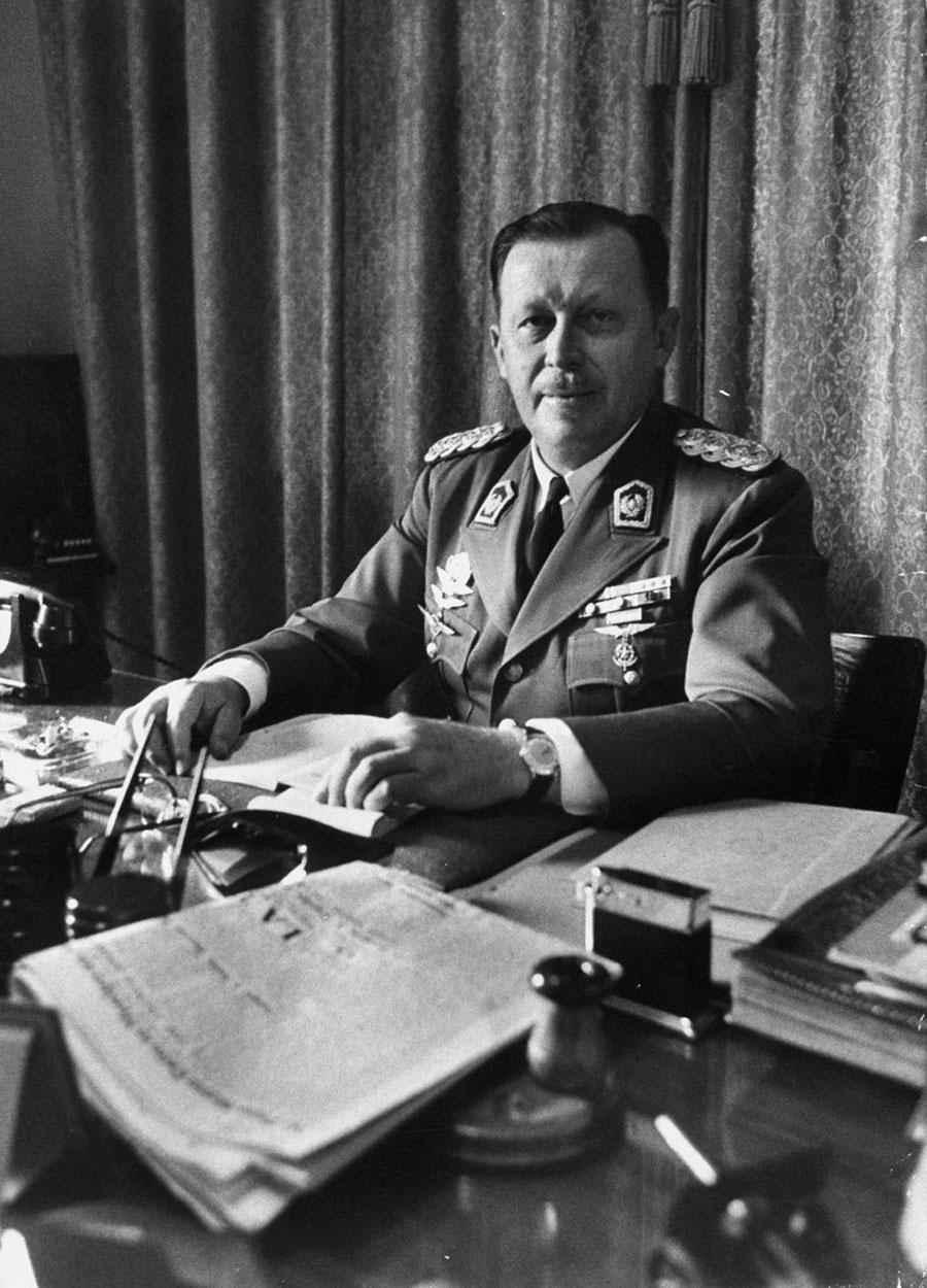 Alfredo Stroessner em sua mesa. O general governaria o Paraguai de 1954 a 1989. (Crédito: Wikimedia Commons)