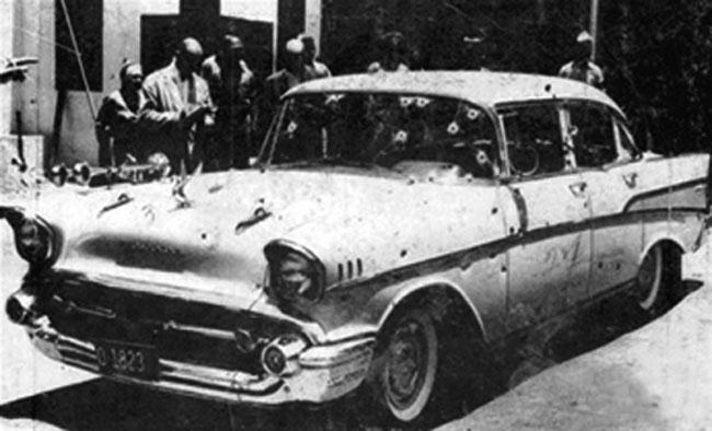 Carro de Trujillo, cravejado de balas, instantes após seu assassinato. (Foto: Reprodução)