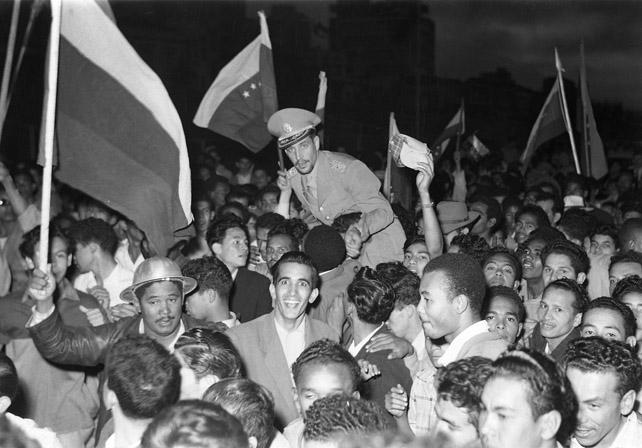 Venezuelanos comemoram a derrubada do general Pérez Jiménez. (Foto: Reprodução)