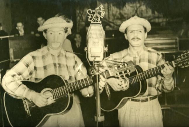 """Alvarenga e Ranchinho  interpretam sua composição """"Torpedeamento"""", de 1943"""