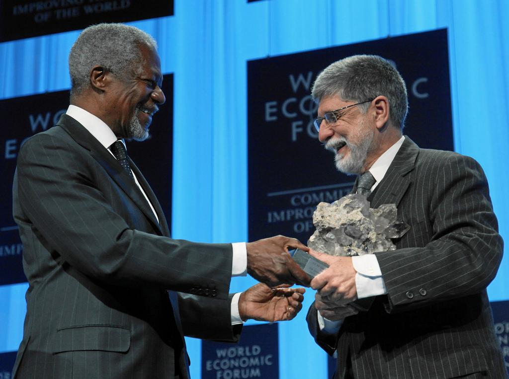 Kofi Annan, secretário-geral da ONU, entrega a Celso Amorim o 1º prêmio de Estadista Global do Fórum Econômico Mundial, em nome de Lula. Foto: Fórum Econômico Mundial