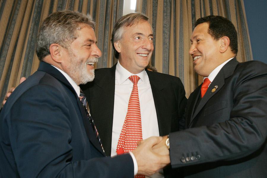 Os presidentes Lula, Néstor Kirchner (Argentina) e Hugo Chávez (Venezuela), durante reunião tripartite no Uruguai. Foto: Ricardo Stuckert/PR
