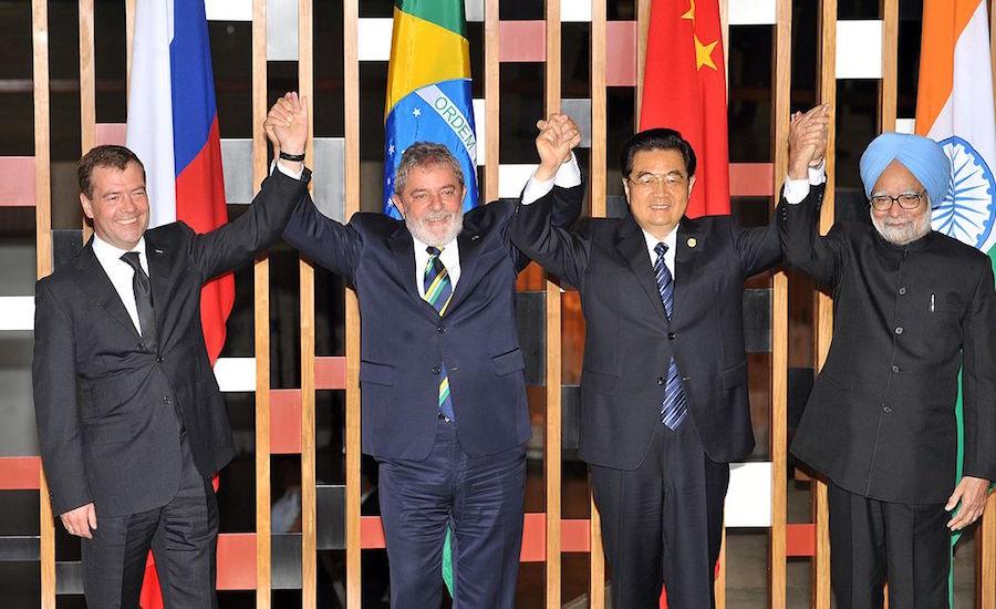 O presidente da Rússia, Dmitri Medvedev, o presidente Lula, o presidente da China, Hu Jintao, e o primeiro-ministro da Índia, Manmohan Singh, durante a 2ª Cúpula de Chefes de Estado e de Governo do BRIC (Foto: José Cruz/ABr)