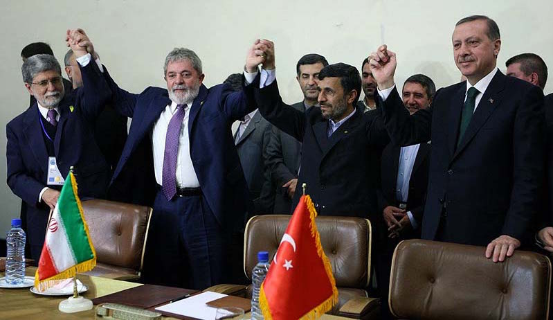 Celso Amprim, chanceler brasileiro, presidente Lula, presidente iraniano Mahmoud Ahmadinejad e o primeiro ministro turco Recep Erdogan após a assinatura da Declaração de Teerã, em maio de 2010. Foto: fouman.com