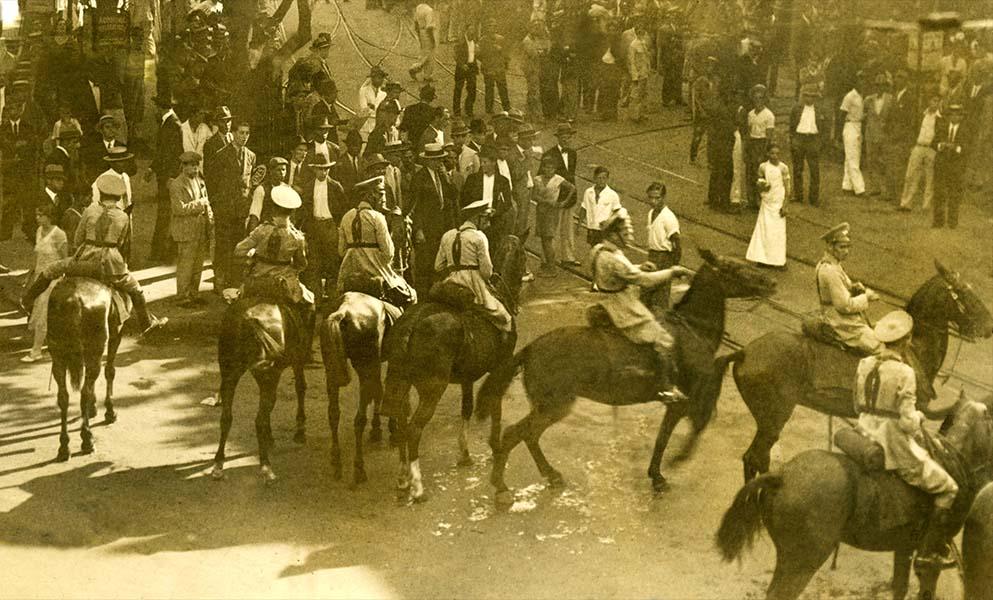 Em janeiro de 1931, cavalos da polícia tentam impedir a Marcha da Fome, no centro do Rio. (Foto: Iconographia)
