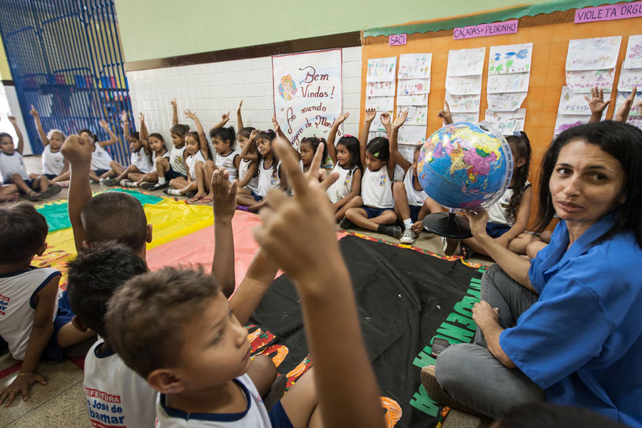 Para seguir no programa, as famílias precisam manter os filhos na escola. (Foto: Reprodução)