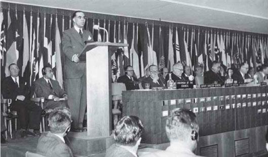 Posse de Josué de Castro como presidente do Conselho Executivo da FAO, em Roma, 1952. (Foto: Arquivo da família)
