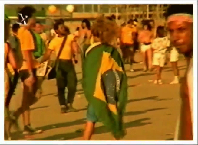 """Reportagens da TV Globo mostram o entusiasmo da plateia do """"Rock in Rio"""" com a eleição de Tancredo Neves; muitos jovens foram ao festival trajando roupas nas cores verde e amarela no dia 15 dejaneiro, dia da votação no Colégio Eleitoral"""