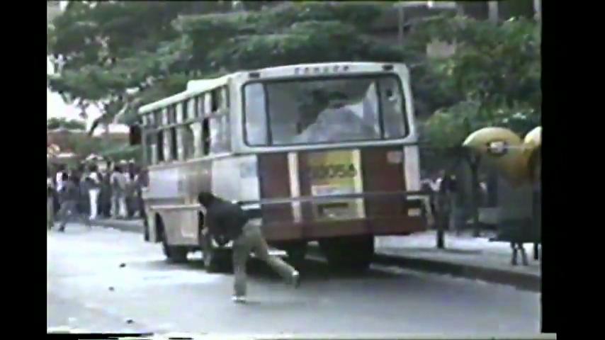 Reportagem da TV Manchete mostra o confronto entre manifestantes e a Polícia Militar na Cinelândia, centro do Rio de Janeiro