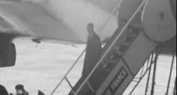 Juscelino desembarca no aeroporto de Orly, em Paris, onde ficaria até o ano seguinte