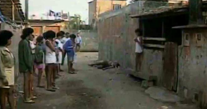 Jussara Menezes dos Santos, de 25 anos, testemunhou a morte do irmão e foi considerada peça-chave na solução do crime por ter visto um dos assassinos sem o capuz; entretanto, em juízo, ela não reconheceu nenhum dos policiais acusados