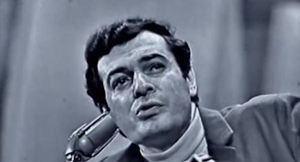 """Sérgio Ricardo canta """"Beto Bom de Bola""""; vaiado, se irrita com o público, quebra o violão e o joga para a plateia"""