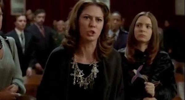 A atriz Patrícia Pillar interpreta Zuzu Angel no filme de Sérgio Rezende; na sequência, a estilista reage com indignação a um tribunal militar que julgou seu filho à revelia quando ela sabia que Stuart já estava morto