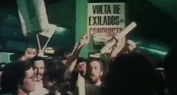 Trecho do filme relata a aprovação da anistia e a volta dos exilados, entre eles Luís Carlos Prestes, do PCB
