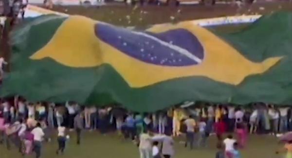 A votação que deu a vitória a Tancredo Neves no Colégio Eleitoral, a reação popular e o telefonema do general João Baptista Figueiredo cumprimentando o sucessor eleito