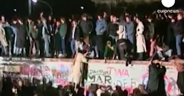 Cenas da população comemorando a queda do Muro de Berlim