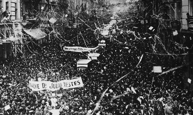 <strong> Júlio Prestes é recebido por multidão </strong> em São Paulo, durante a campanha à Presidência