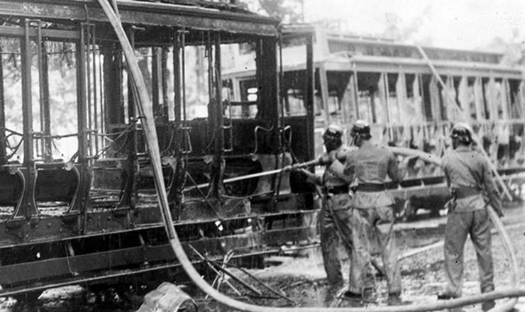 <strong> Bondes queimados </strong> em Botafogo (Rio de Janeiro) durante a greve&nbsp;