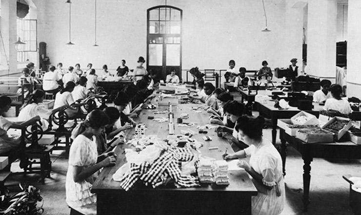 <strong> Trabalhadoras operam </strong> equipamentos em galp&atilde;o das Ind&uacute;strias<strong> </strong> Reunidas F. Matarazzo