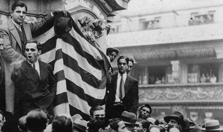 <strong> Paulistas fazem </strong> com&iacute;cio na pra&ccedil;a do Patriarca, em 23 de maio de 1932