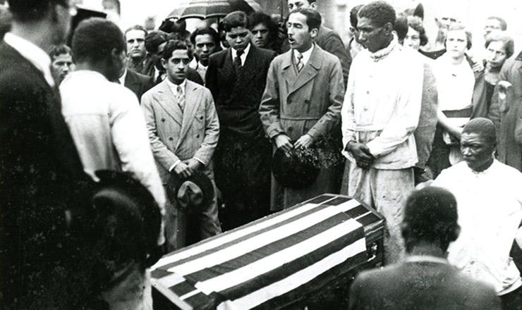 <strong> Manifestante discursa </strong> no enterro de uma v&iacute;tima dos<strong> </strong> conflitos de 23 de maio de 1932