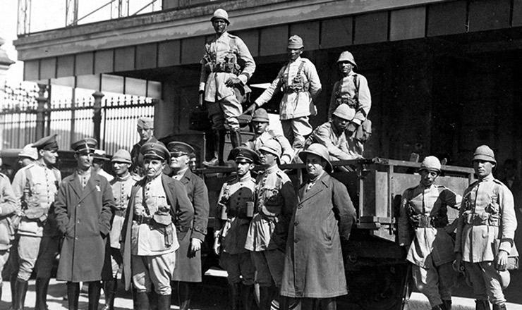 <strong> Guarnecendo a estação </strong> das barcas de Niterói, soldados do 2º Batalhão de Caçadores