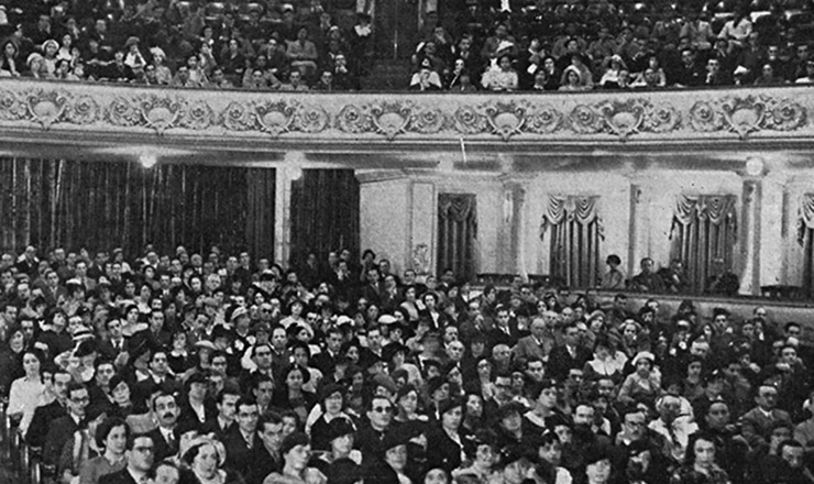 <strong> P&uacute;blico lota </strong> o Teatro Municipal do Rio de Janeiro, na cerim&ocirc;nia de inaugura&ccedil;&atilde;o da Universidade do Distrito Federal. &ldquo;Careta&rdquo;, 10 de agosto de 1935&nbsp;