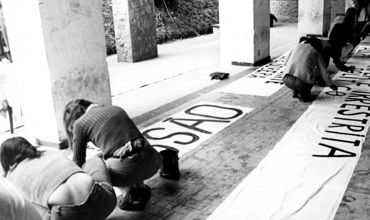 <strong> Estudantes preparam</strong> faixas para o ato p&uacute;blico na PUC-SP pela recria&ccedil;&atilde;o da UNE&nbsp;