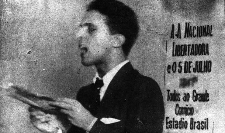 <strong> Carlos Lacerda lê o manifesto</strong> de Luís Carlos Prestes em ato da ALN. Rio de Janeiro, 5 de julho de 1935