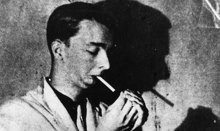 <strong> Noel Rosa acende </strong> cigarro, em foto autografada para Vadico, 1936