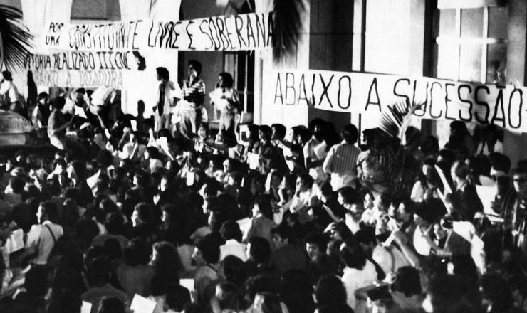 <strong> Em frente ao Tuca,</strong> estudantes se re&uacute;nem momentos antes da invas&atilde;o